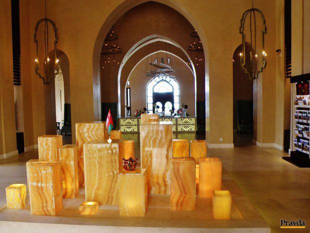 Vstupná hala do hotela zo dvadsať kilometrov vzdialeného od mesta Salalah. Architekti použili prvky arabského staviteľstva a na osvietenie polodrahokam ónyx.