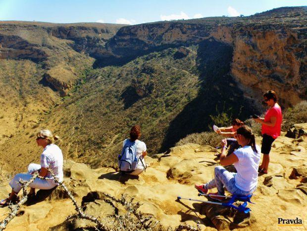 Na okraji jedného z veľkých geologických závrtov, dlhého asi kilometer, širokého 700 metrov a hlbokého 300 metrov.