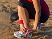 bolesť, beh, bežkyňa, šport, zranenie, členok, bežecká obuv, dievča, utrpenie, pláž, piesok, leto, úraz