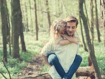 les, stromy, príroda, dvojica, láska, pár, leto, nosenie, valentín, ona a on, muž a žena, relax, dovolenka na chrbáte,