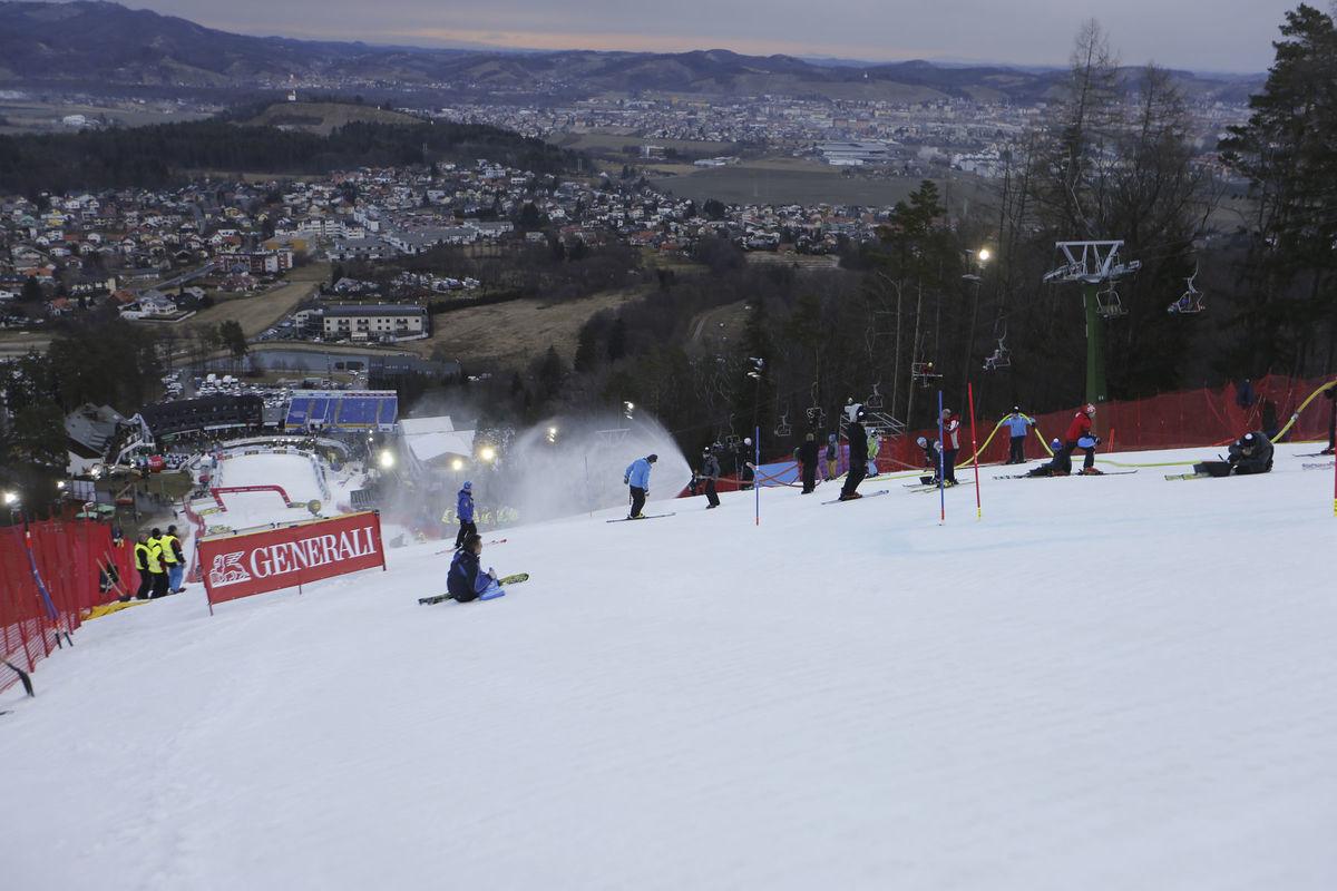 Pohľad zo zjazdovky na mesto Maribor, kde po snehu niet ani stopy.