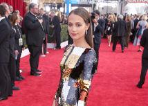 Ocenená herečka Alicia Vikander v kreácii Louis Vuitton.