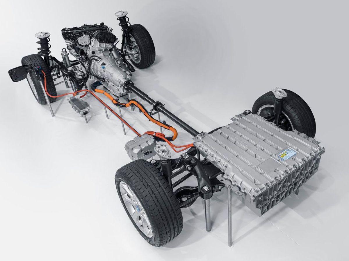 Plug-in hybridnú sústavu tvorí motor 2,0 TwinPower Turbo a alektromotor v 8-stupňovej prevodovke Steptronic. Spoločný výkon sústavy je 185 kW.