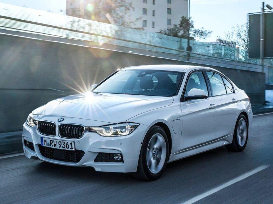 Navonok sa dobíjateľné BMW 3 líši od klasických súrodencov len krytom konektora na ľavom prednom blatníku a modrými strmeňmi kotúčových bŕzd.