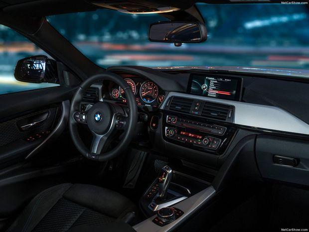 V interiéri upozorňuje na ekologický pohon zmenená grafika rozhrania iDrive so špecifickými funkciami. Jazdný režim vyberá vodič ovládačom na stredovej konzole.