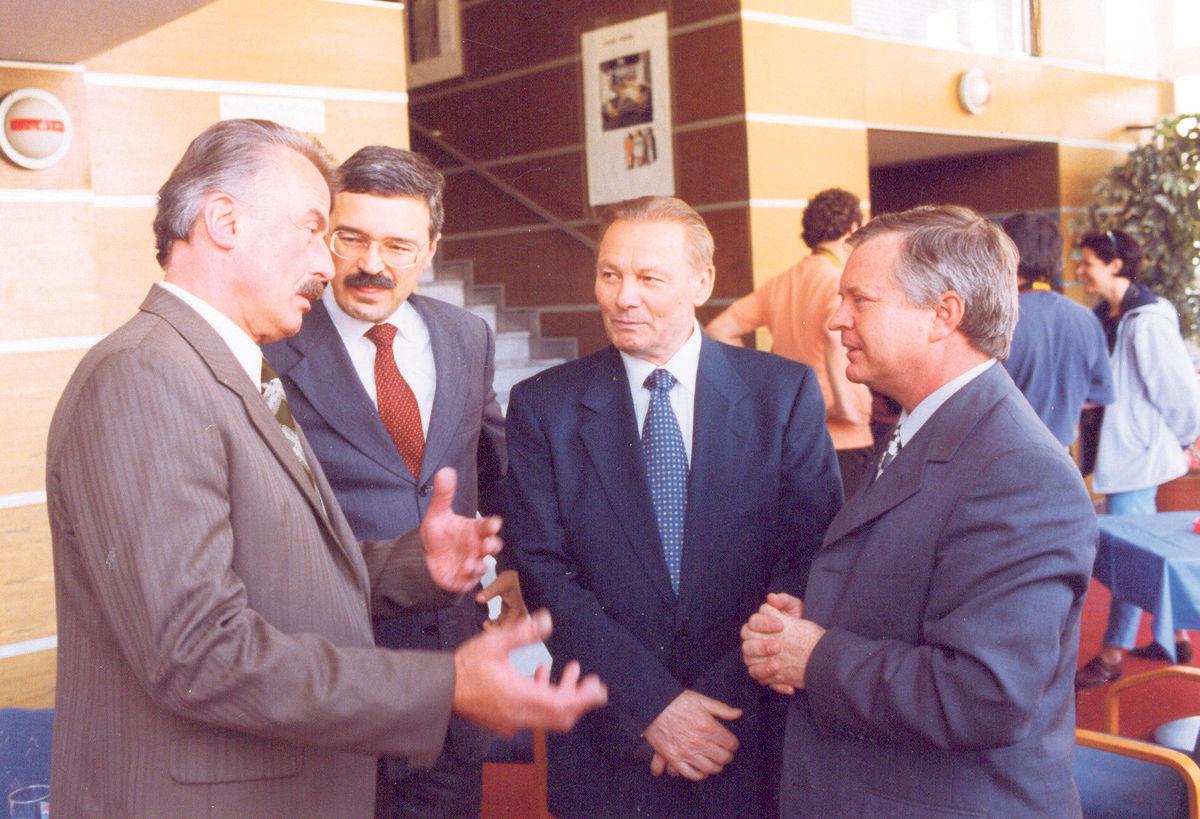 Stretnutie koaličných partnerov: Árpád Duka-Zólyomi (SMK), Pavol Hamžík a Rudolf Schuster (obaja SOP) a predseda SDĽ Jozef Migaš, 1998.