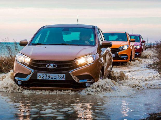Vyššia svetlá výška a pohon oboch náprav v drahších verziách zabezpečia Lade Xray obratnosť v teréne.