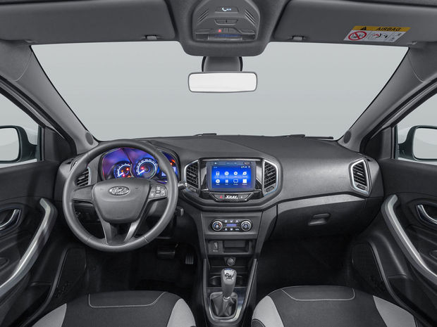 Interiér neutají príbuznosť s Daciami. Stačí pohľad na panel kúrenia alebo radiacu páku.