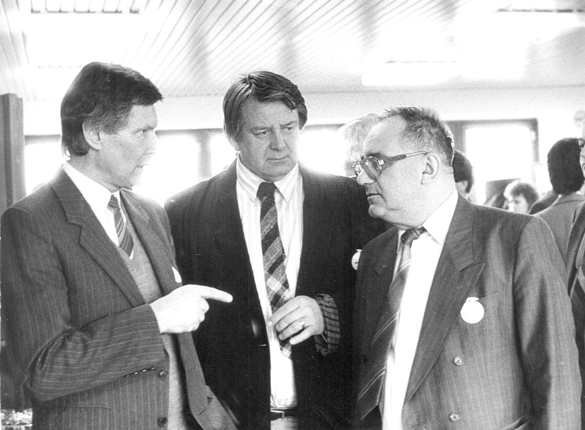 Traja spisovatelia na 1. zjazde SDĽ v Trenčíne 14. decembra 1991, zľava Ladislav Ballek, Peter Jaroš a Ján Lenčo.