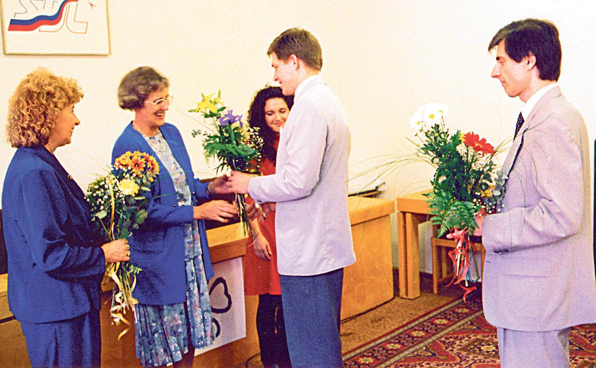 Robert Fico, podpredseda SDĽ, a Peter Weiss, poslanec, blahoželajú ženám k MDŽ, 8. marec 1997 v Bratislave.