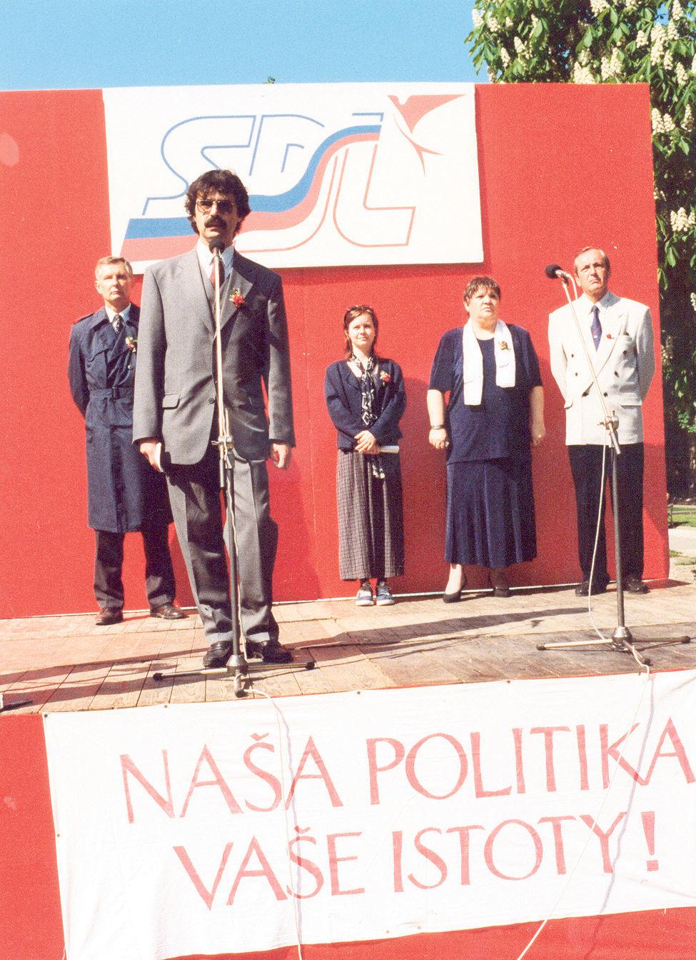 Prvomájový míting SDĽ v roku 1999 na Hviezdoslavovom námestí. Reční predseda bratislavského výboru Milan Ftáčnik, vľavo poslanec NR SR Ladislav Ballek.