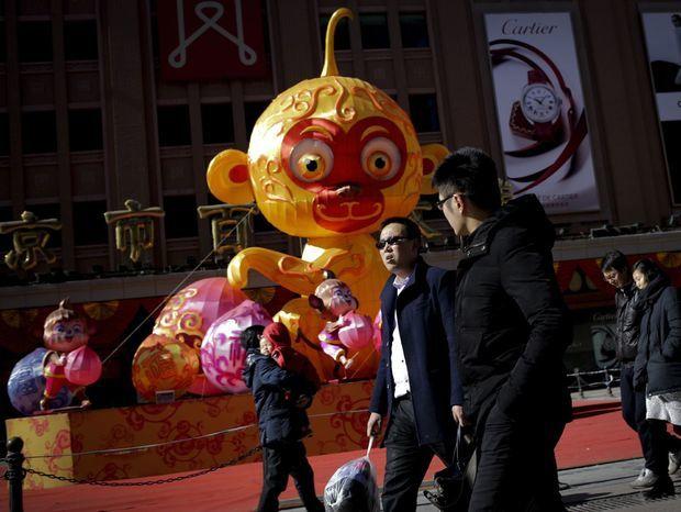 Dekorácia opice v Pekingu pred oslavami čínskeho nového roka.