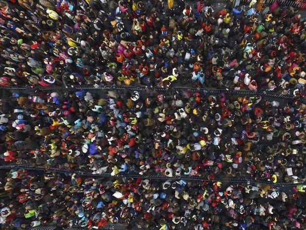 Číňania sa pred oslavami nového lunárneho roka snažia docestovať domov. Dopravu komplikuje sneženie.