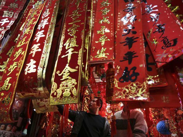 Trh s dekoráciami pred oslavami nového roka v Pekingu.