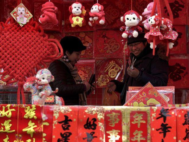 Nákup dekorácií pred oslavami čínskeho nového roka v Pekingu.