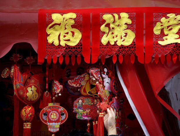Dekorácie sa predávajú pred oslavami príchodu nového čínskeho roka.
