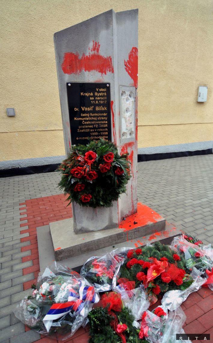 Z pomaľovaného podstavca pamätníka Vasiľa Biľaka v Krajnej Bystrej zmizla busta vlani v marci.