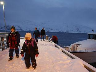 Nórsko, zima, sneh, mráz, deti, čln, loďka, more, prístav, mólo,