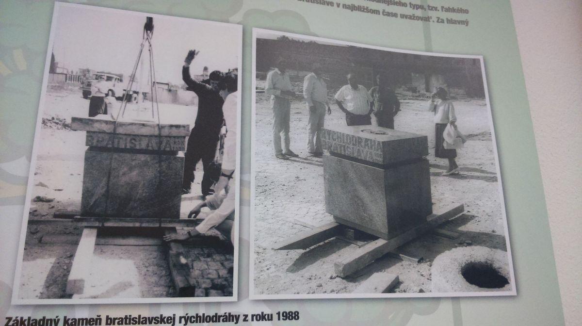 Základný kameň bratislavskej rýchlodráhy z roku 1988.