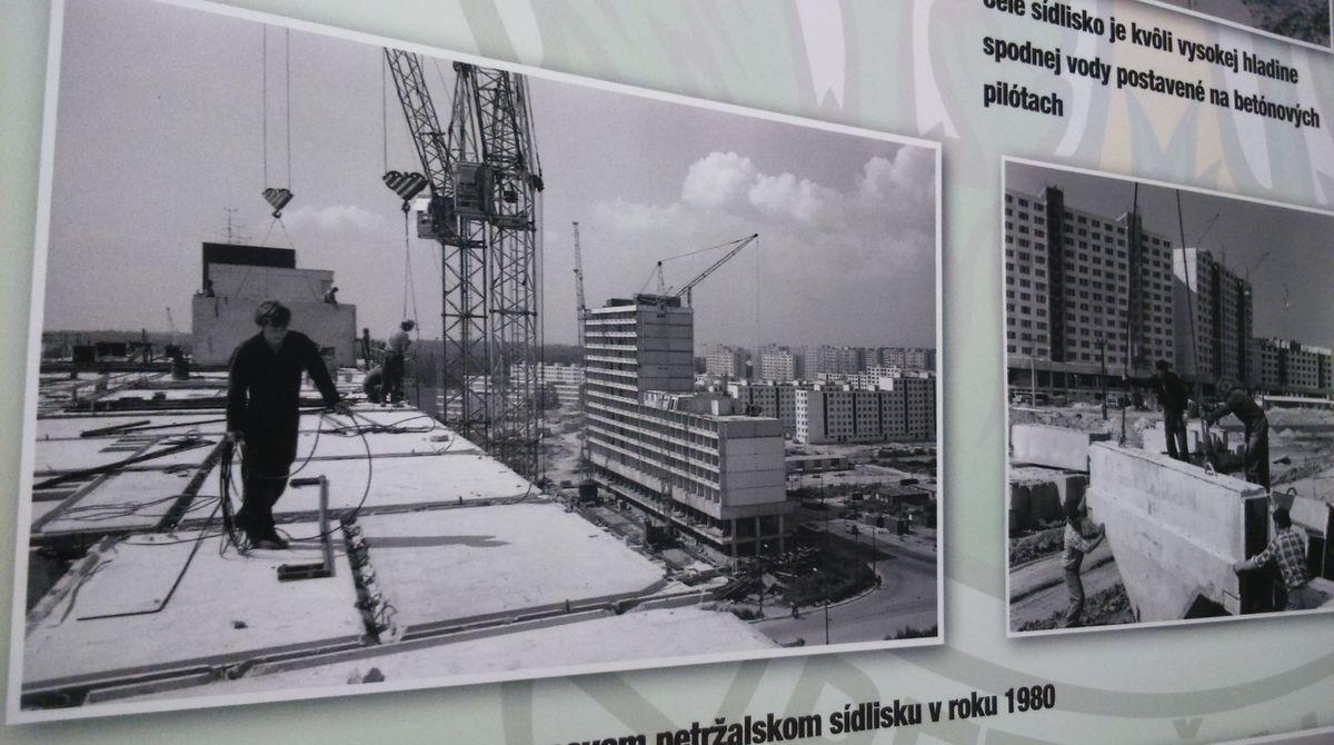 Výstavba v plnom prúde. Návštevníci výstavy sa okrem iného dozvedia aj to, že celé sídlisko je z dôvodu vysokej hladiny spodnej vody postavené na betónových pilótach.