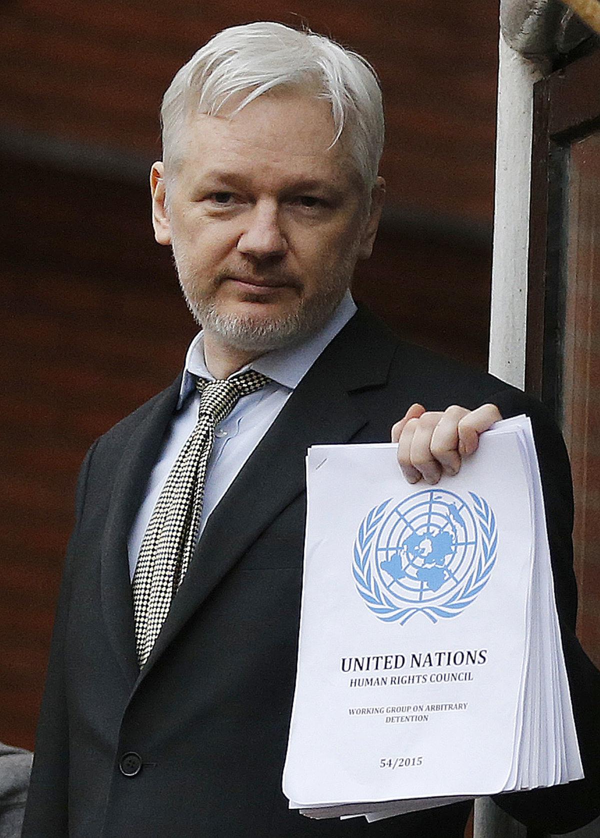 Julian Assange drží vyhlásenie OSN na balkóne ekvádorskej ambasády v Londýne.