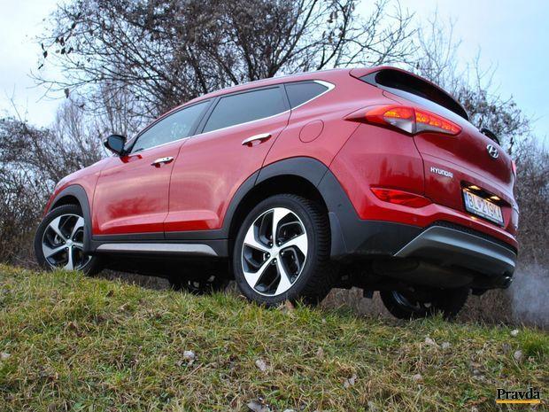 Benzínový Tucson má ambíciu jazdiť rýchlo na asfalte a vytrvalo po nespevnených cestách.