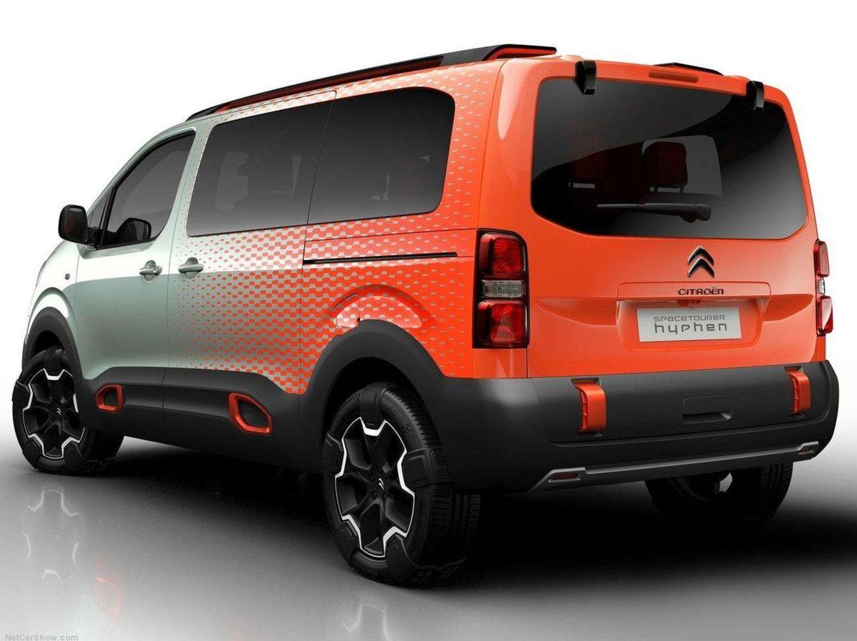 Schopnosti v teréne podporuje pohon oboch náprav, väčšia svetlá výška a špeciálne pneumatiky s pásmi pre lepšiu trakciu.