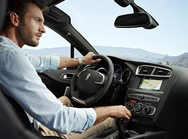 Ústrednou inováciou interiéru je nové rozhranie HMI so 7-palcovou dotykovou obrazovkou. Vďaka nej ubudlo zo stredovej konzoly 12 tlačidiel. Výhodou Crossbacku je však vyššia poloha sedenia, a teda aj lepší výhľad.