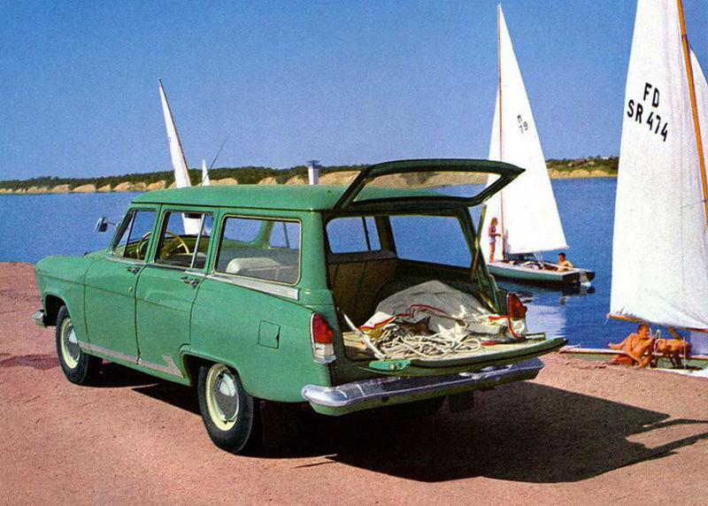 V roku 1962 sa objavilo kombi Universal s horizontálne deleným dvojdielnym vekom. Unieslo až  550 kg užitočného zaťaženia.