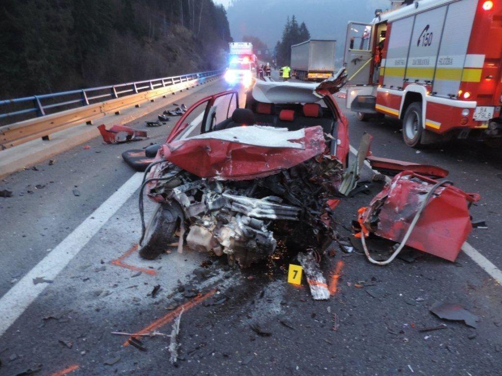 Za uplynulé štyri roky klesol počet dopravných nehôd, hoci len nevýrazne. Na snímke nehoda, ktorá sa stala v decembri 2015 pred vjazdom do tunela Horelica v okrese Čadca.