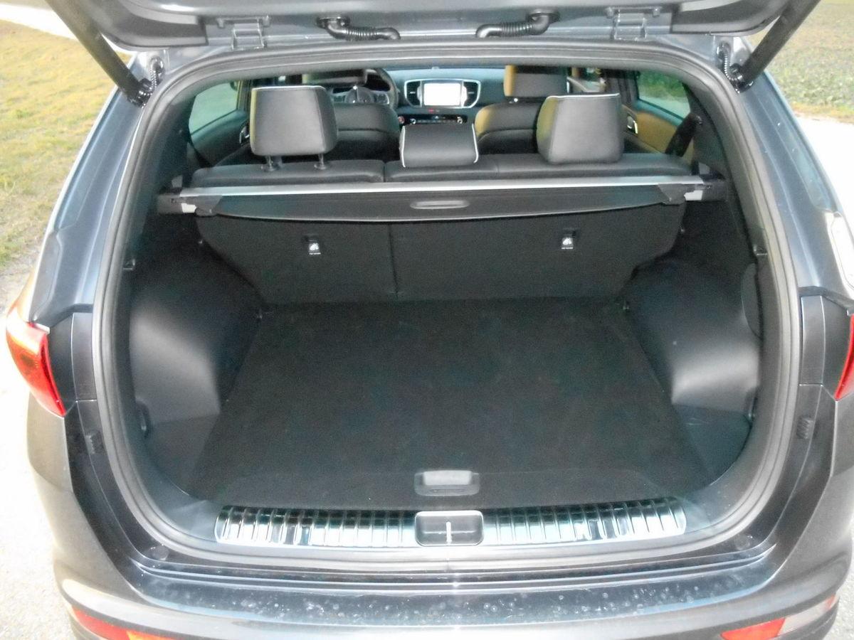 Kufor má objem 491 litrov. Po sklopení zadných sedadiel vznikne priestor s objemom 1 480 litrov.