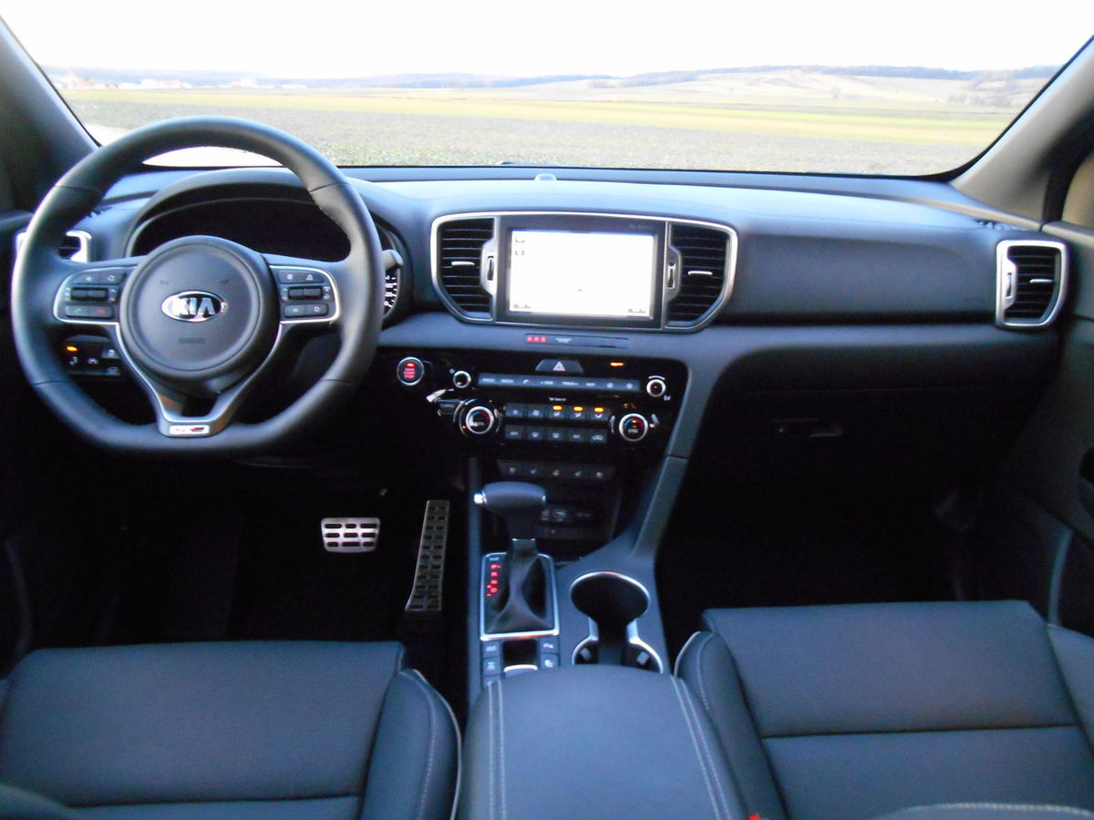 Interiér neoslní, ale je praktický. Športový volant je výsadou výbavy GT-line.