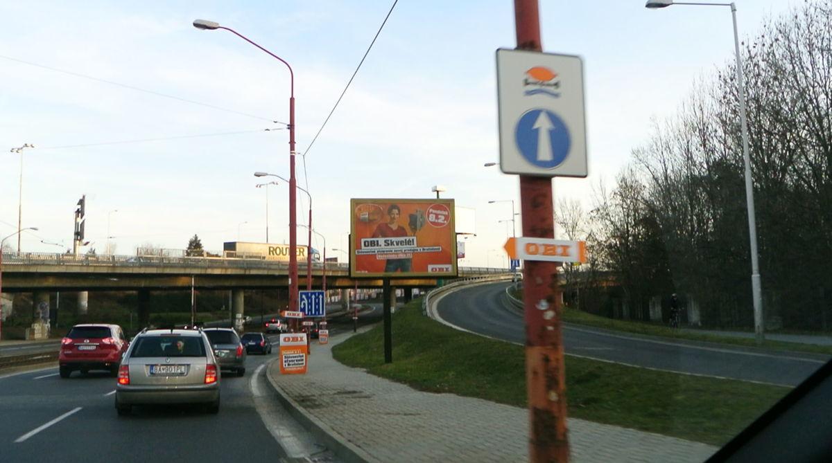 Na jednej snímke viacero nelegálnych reklamných zariadení a jedno legálne. Snímka vznikla v sobotu 6. februára.