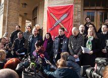 Učitelia od pondelka prerušia štrajk, štafetu preberú vysoké školy