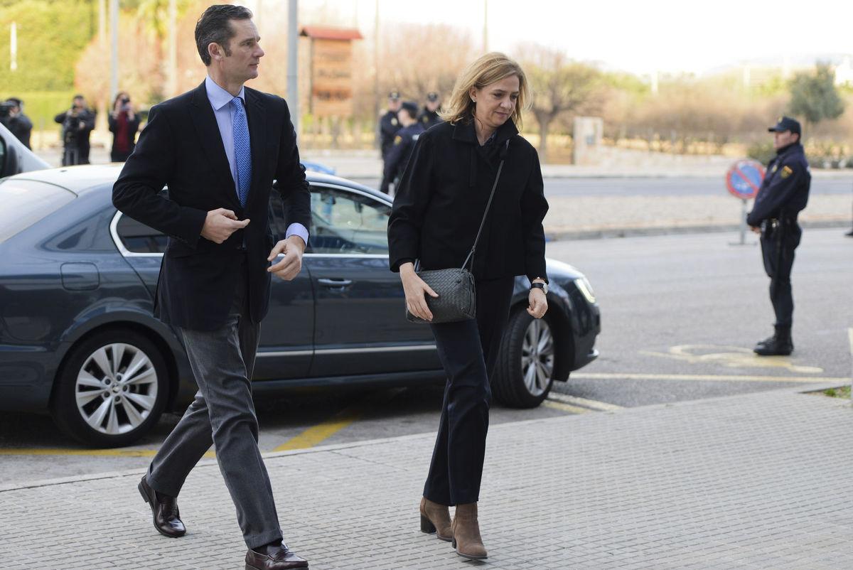 Španielska princezná Cristina a jej manžel Iñaki Urdangarin Liebaert prichádzajú do súdnej siene v meste Palma de Mallorca, Španielsko.