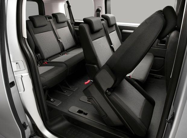 Interiér je určený maximálne deviatim cestujúcim. Luxusná verzia Bussines Louge môže však slúžiť aj ako pojazdná kancelária. Nechýba rozkladací stolík ani  kožené čalúnenie a zatmavené okná pre väčší pocit súkromia.