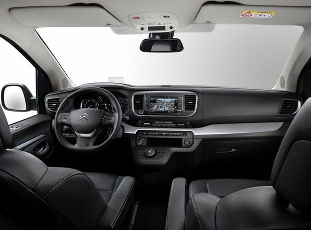 Dizajn palubnej dosky je blízky osobným autám. To platí aj o rozhraní so 7-palcovou dotykovou obrazovkou.