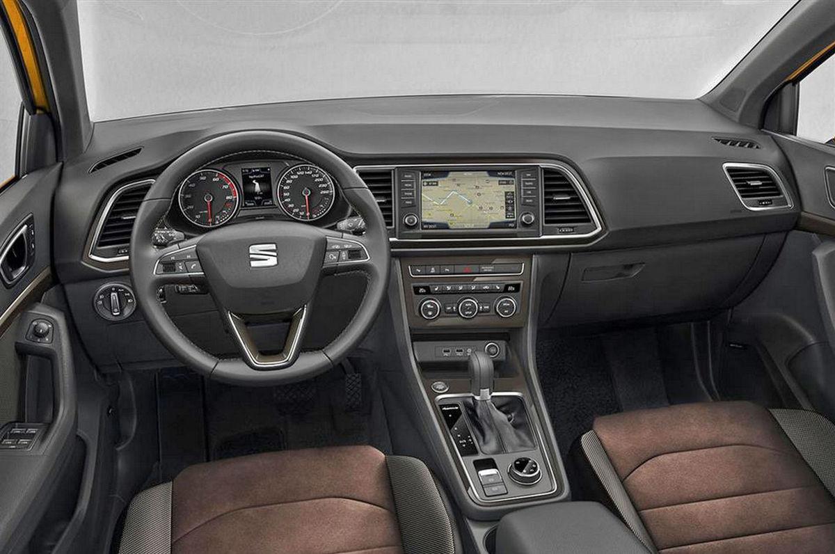 Interiér má len mierne modifikovanú palubnú dosku z Leonu. Identický je ale volant, prístrojový panel aj dotykové rozhranie so 7-palcovým monitorom. To isté platí o stredovej konzole.