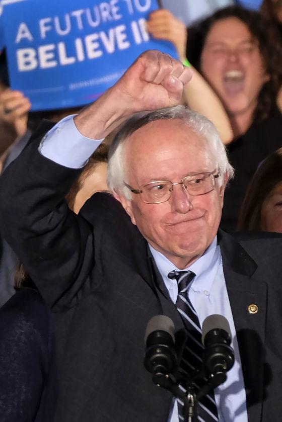 Vo svojich víťazných rečiach Sanders i Trump sa ďalej dištancovali od politických elít.