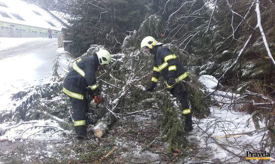 Hasiči museli odstraňovať z cesty popadané stromy aj v lyžiarskom stredisku Jasná.