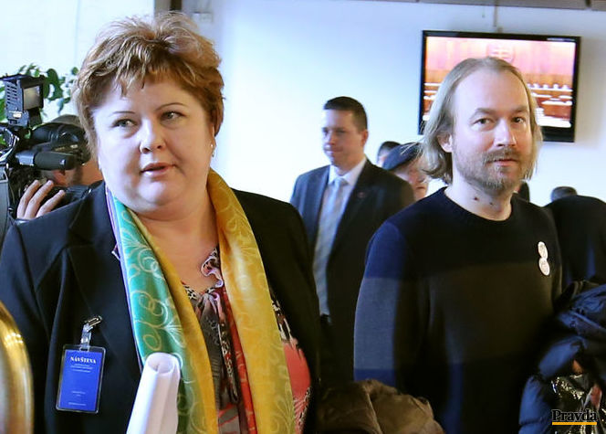 Do parlamentu prišla aj zástupkyňa zdravotných sestier Monika Kavecká a Vladimír Crmoman, prezident Slovenskej komory učiteľov a iniciátor štrajku učiteľov.