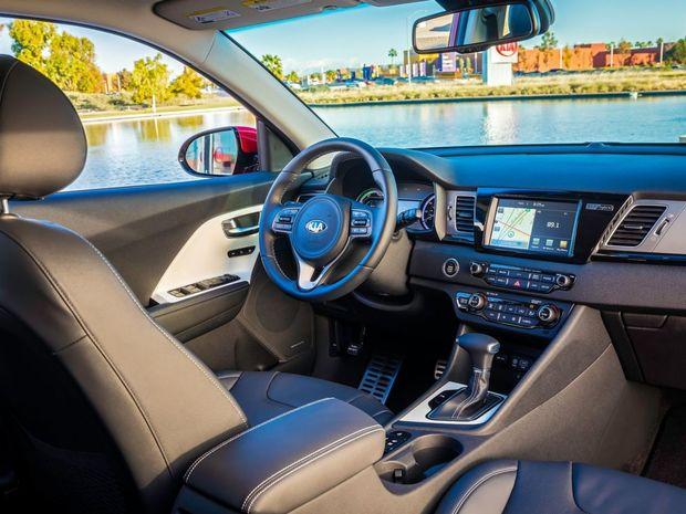 Ani interiér ničím neupozorňuje na hybridný pohon. Solídnosť spracovania umocňujú prvky, ktoré si Niro požičalo z novej Optimy. Vrátane 7-palcového dotykového rozhrania.