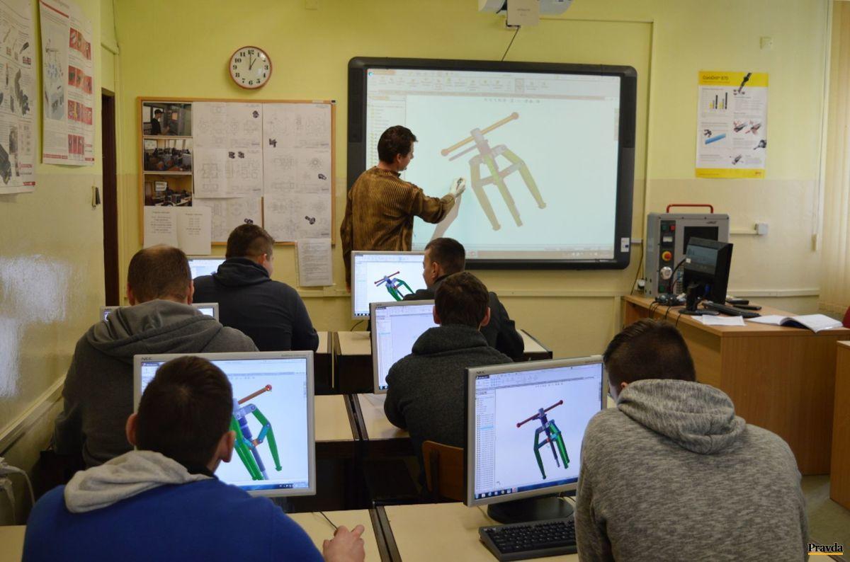 Pomocou 3D softvéru modelujú študenti súčiastky na predmete počítačová grafika.