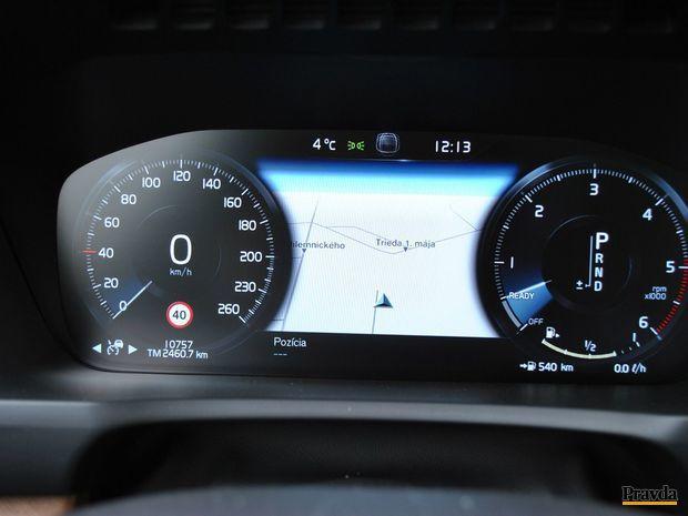 Prístrojový štít je plne grafický a dokáže zobraziť aj navigáciu.