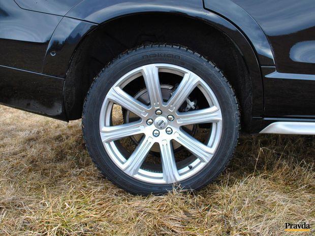 21 palcové pneumatiky sú pre toto auto už trochu príliš veľké. Vyzerajú síce dobre, no hrozí zvýšené riziko ich preseknutia.