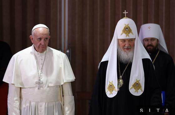 """Patriarcha Kirill uviedol, že diskusia s pápežom bola obsažná a """"umožnila nám vypočuť a pochopiť naše postoje""""."""