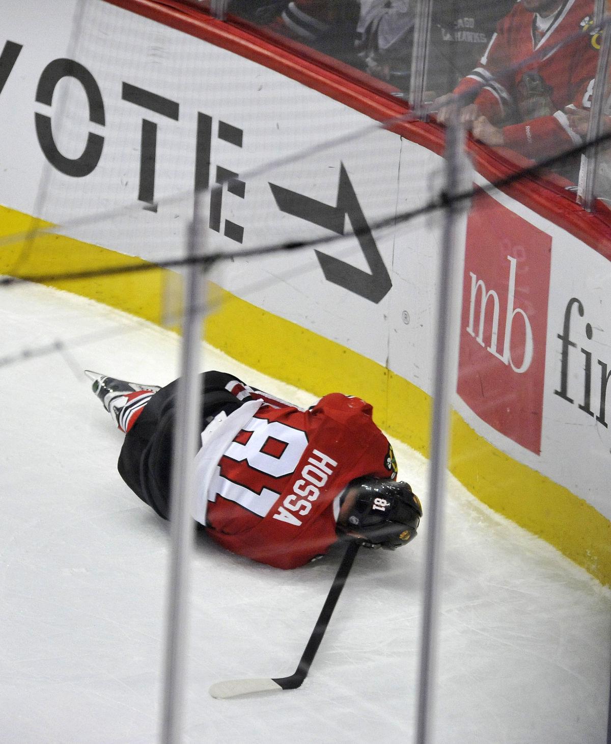 Marián Hossa zostal v zápase proti Anaheimu ležať na ľade.