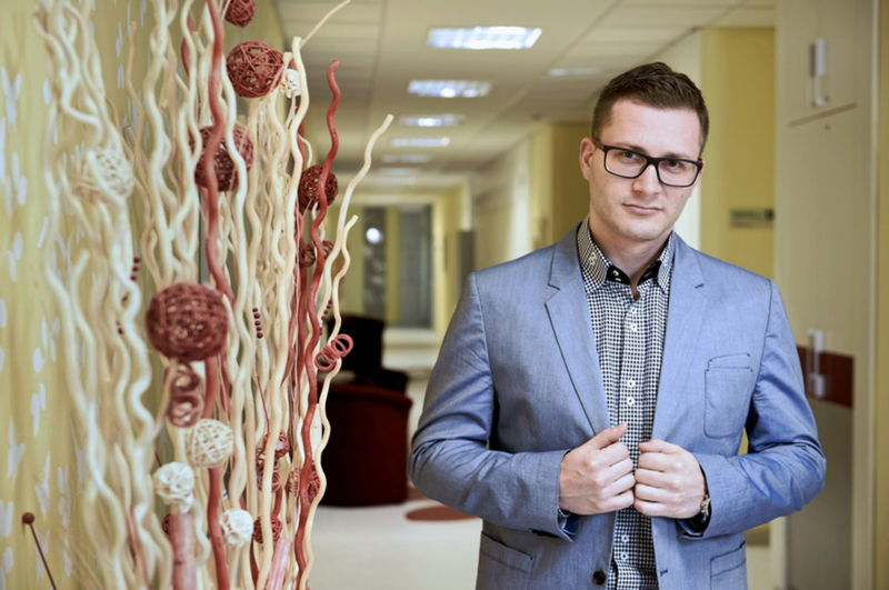 MUDr. Erik Dosedla chodí aj po dvanástich rokoch praxe rád do práce.