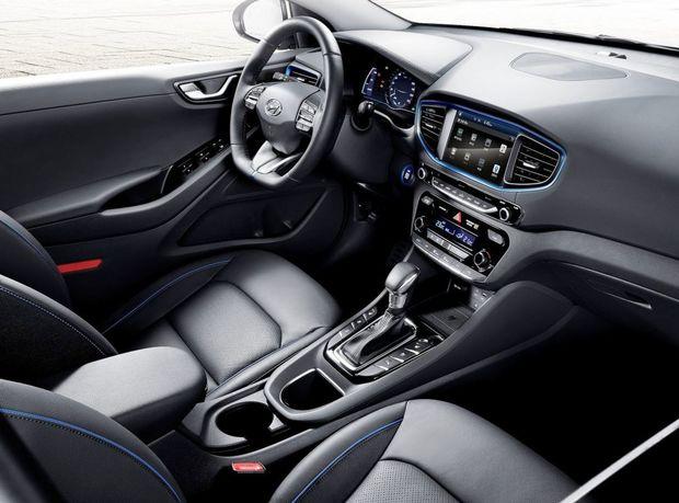 Interiér má klasické rozmiestnenie prístrojov. Na ekologickú povahu upozorňuje len modrými dekoráciami.
