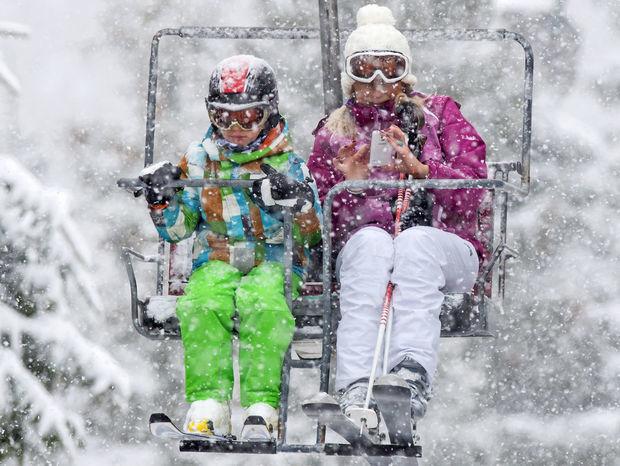 lyžovanie, lyžovačka, lyže, lyžiari, sneh, zima, mráz, lanovka, sedačka, vlek, sneženie, lyže, prilba, helma, mobil,